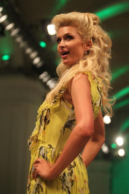 Знаменитая блондинка увлеклась песнями, поэтому ей не до путешествий. Фото Антона ЛУЩИКА.