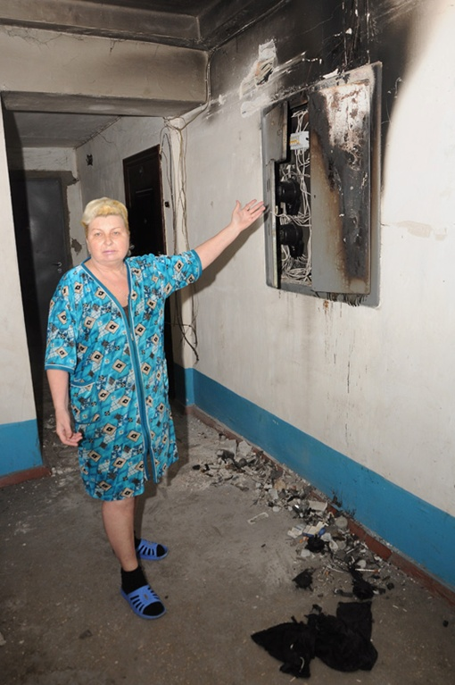 Щитки на втором и третьем этажах сгорели дотла. Фото Павла ВЕСЕЛКОВА.