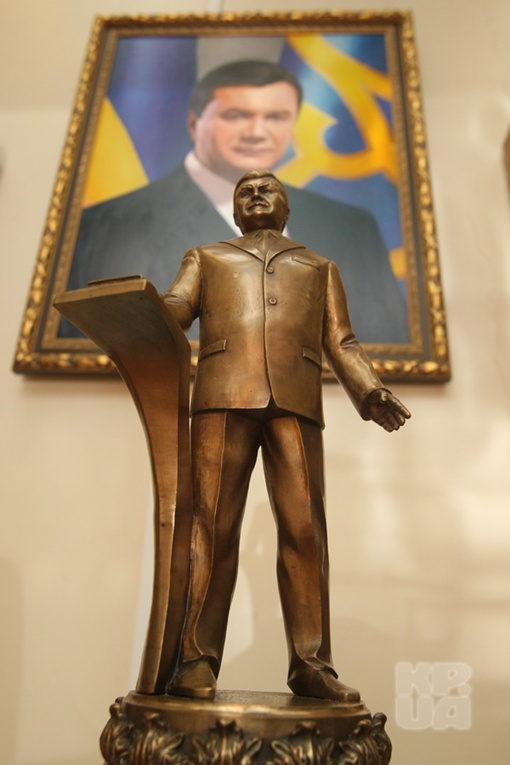 Подарок к инаугурации - президента Януковича изобразили в максимально величественной позе.