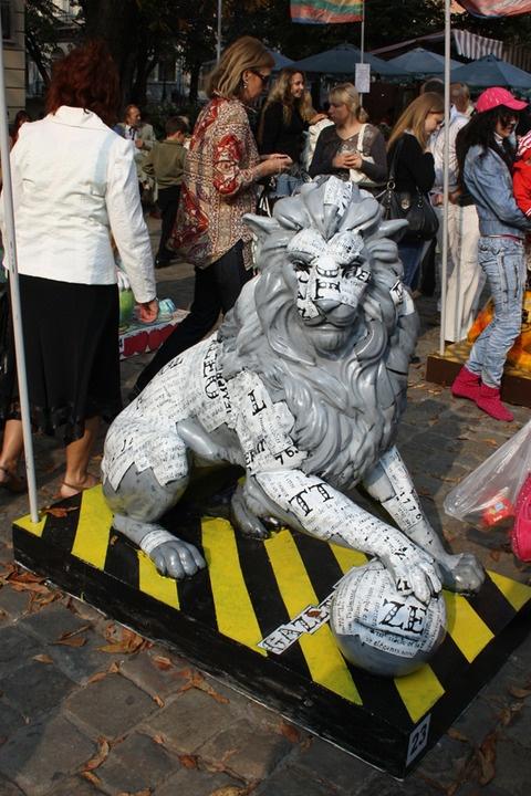 Трогать руками фигуру льва, которую привезут в подарок, видимо будет нельзя - скульптура выполнена из мягкого папье-маше. Фото с сайта 20.ua