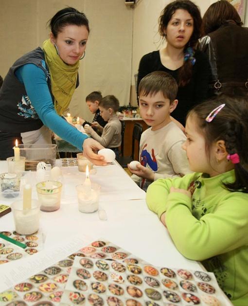 Дети смогут украсить праздничный стол своей собственной писанкой. Фото Евгения КРАВСА.
