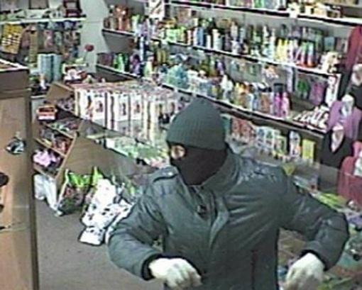 Продавец тщетно пытался вызвать охрану. фото: mvdobl.kiev.ua