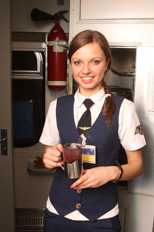 Чай, может, и дорогой, зато проводницы красивые! . Фото Павла ДАЦКОВСКОГО.