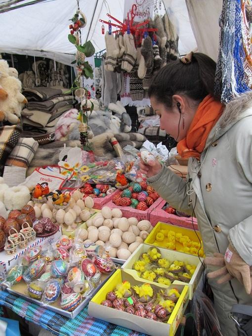 Предпасхальная ярмарка работает на площади Свободы, а сегодня откроется и перед Свято-Покровским монастырем. Фото автора.