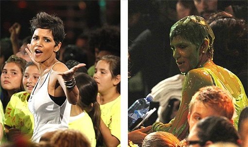 Холли Берри не избежала участи быть облитой краской... Фото: REUTERS