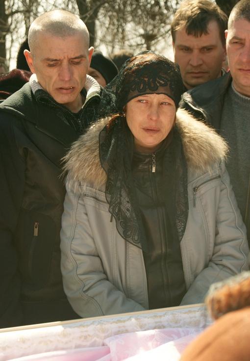 Отчима Оксаны (слева) привезли попрощаться с падчерицей. Фото УНИАН