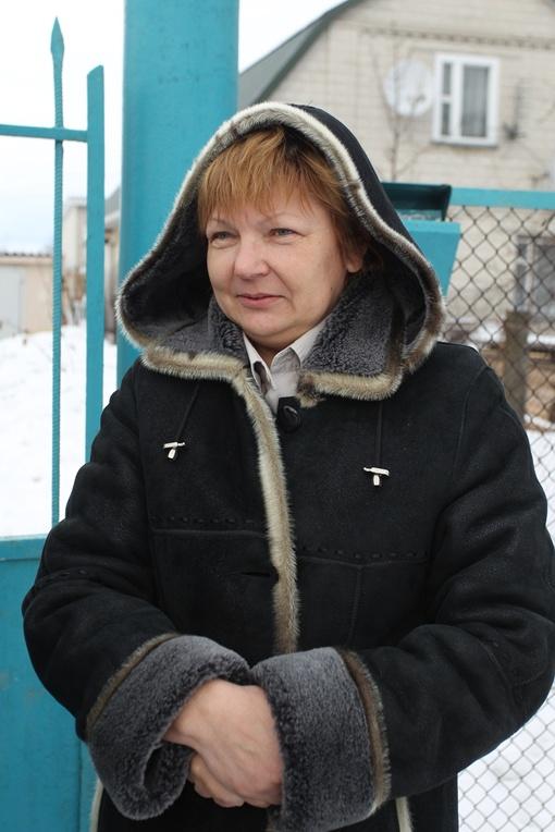 Местная жительница Екатерина каждое утро наблюдает, как мимо пролетают дорогие лимузины