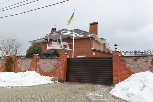 Дом нардепа Арсения Яценюка виден издалека - над коттеджем гордо реет флаг Украины