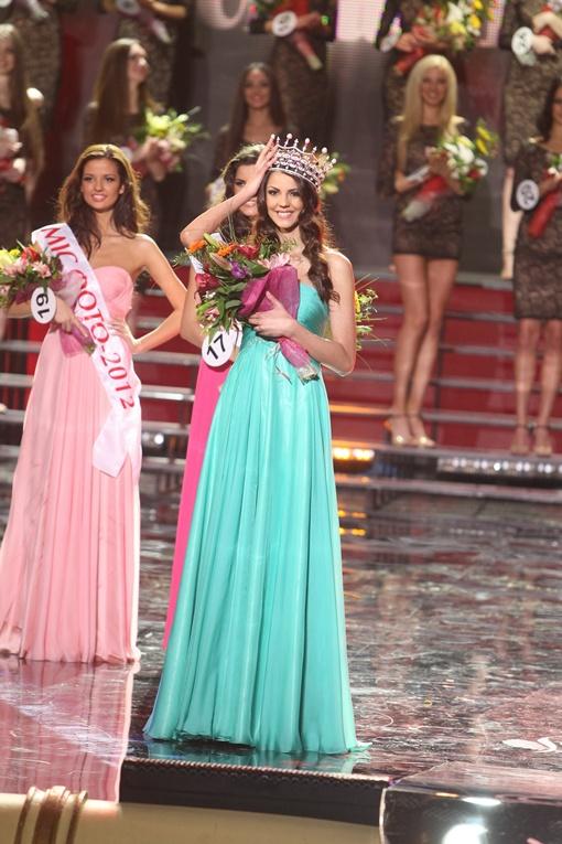 Корона победительницы украси- ла голову 21-летней студентки-ди зай- нера Карины Жи- ронкиной. В седь- мой раз за исто- рию конкурса титул