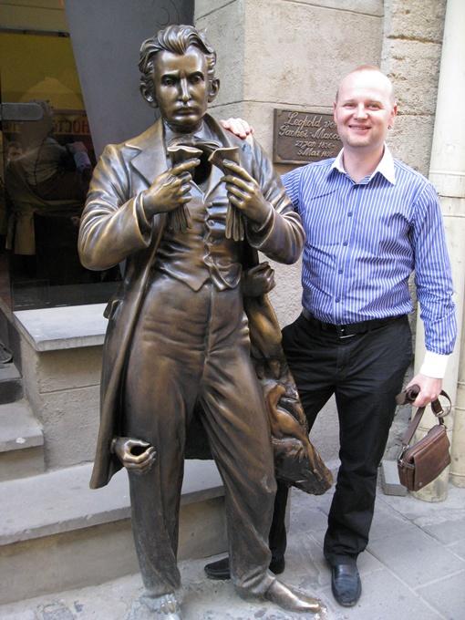 Говорят, если залезть в карман бронзовому Захер-Мазоху, можно там что-то нащупать, но мы лично это не проверяли. Скульптор Владимир Цисарик ничего не говорит, но как бы намекает.