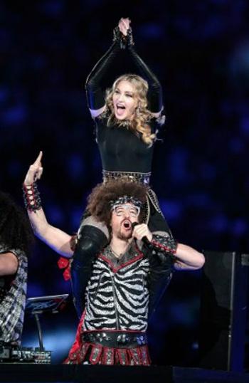 Мадонна на одном из последних своих выступлений в американском Индианаполисе в компании фронтмена группы LMFAO РедФу. Всегда у нее все так - то она на ушах, то на шее.