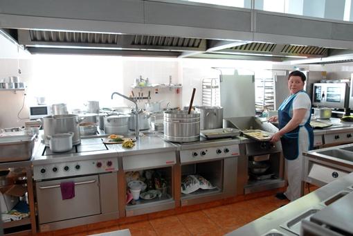 Супы и борщи для народных избранников варятся в 50-литровых кастрюлях
