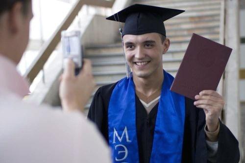 С момента защиты диплом на законном основании принадлежит выпускнику и никому другому. Фото с сайта www.planetashkol.ru