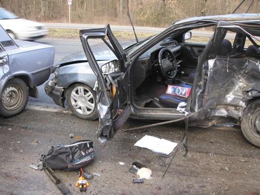 Автомобиль виновника аварии превратился в консервную банку. Фото Николая ШИНКАРЯ