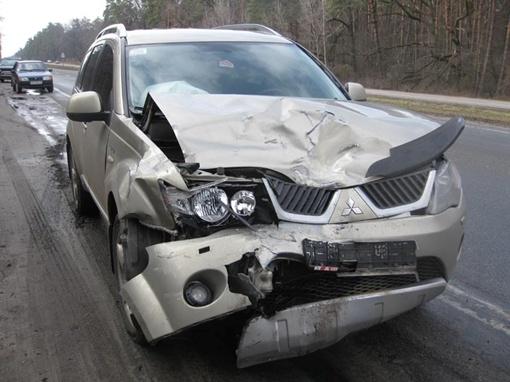 Владелец внедорожника засмотрелся на разбитые автомобили и сам угодил в ДТП. Фото Николая ШИНКАРЯ
