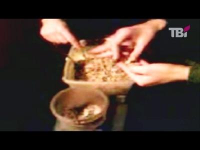 Заключенным самим себе приходится готовить еду на самодельной печи