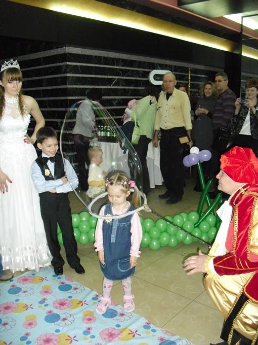 Кудесники-артисты образно показали, откуда берутся дети-ЭКО.