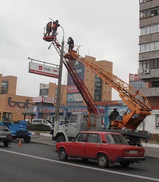 На дорогах ремонтировать освещение легче - и техника может подъехать, и опоры в хорошем состоянии. Фото из архива