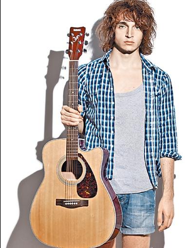 ... и наш рубаха-парень Валентин Стрыкало: поют по-разному, но прославились одинаково.