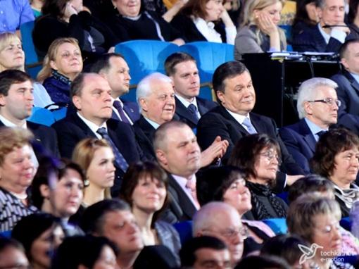 Концерт посетили Президент Виктор Янукович, Глава Верховной Рады Владимир Литвин, экс-Президент Леонид Кравчук и министр культуры Михаил Кулиняк. Фото с сайта tochka.net.