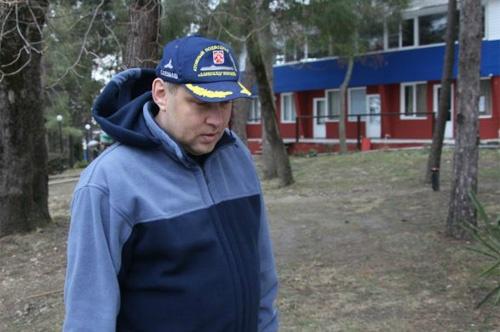 Директор лагеря Борис Усольцев не стал подавать в суд за сломанные ногу и нос.