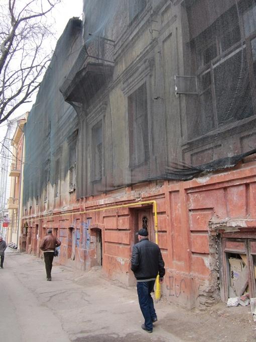 Позорные сетки, которые с трудом прикрывают руины, заменят яркими баннерами, но не везде. Фото автора.