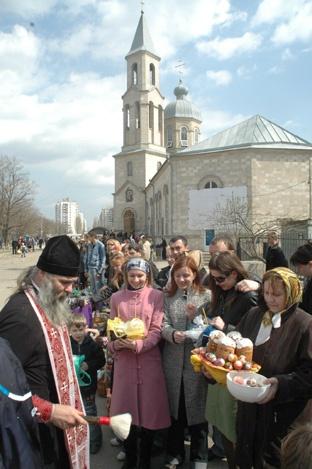 За два дня до Светлого Воскресения горожане со списками затовариваются в супермаркетах и на базарах. Фото из архива