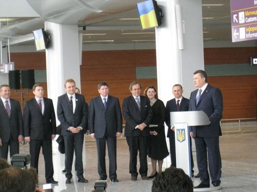Целый десант первых лиц страны, и не только, высадился сегодня во Львове.