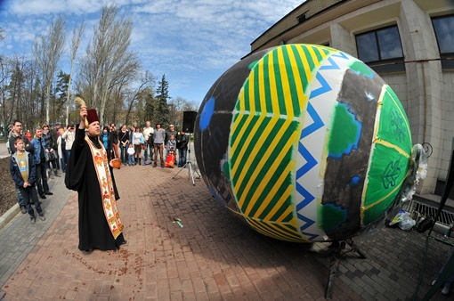 Гигантское яйцо не только покрасили, но и освятили. Фото Константина БУНОВСКОГО