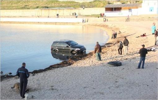 Джип забуксовал в песке. Фото