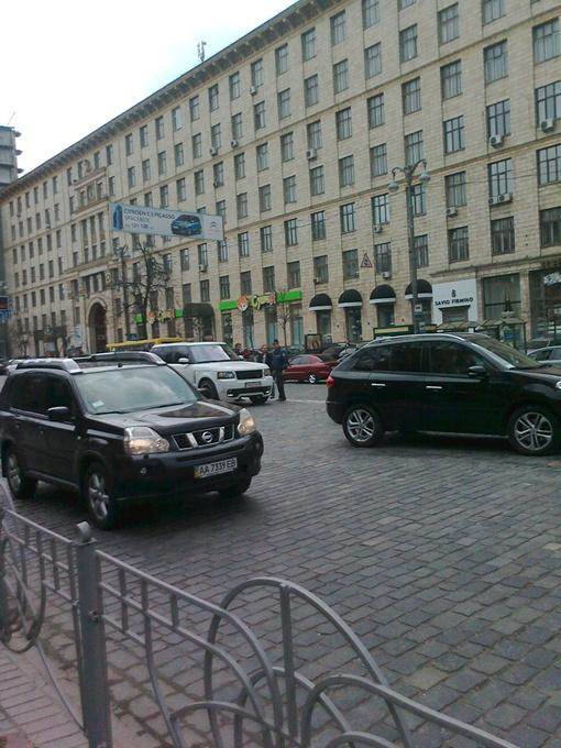 Белый Range Rover принадлежит Шевченко.