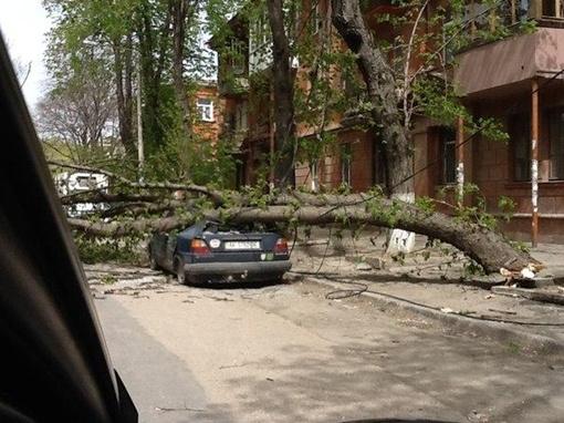 По словам очевидцев, машина принадлежит сотруднику СБУ.  Фото Республика.