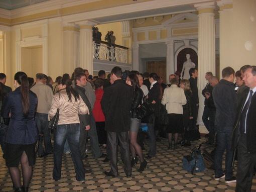 в помещение суда запустили народных депутатов и журналистов, все они проходят паспортный контроль.