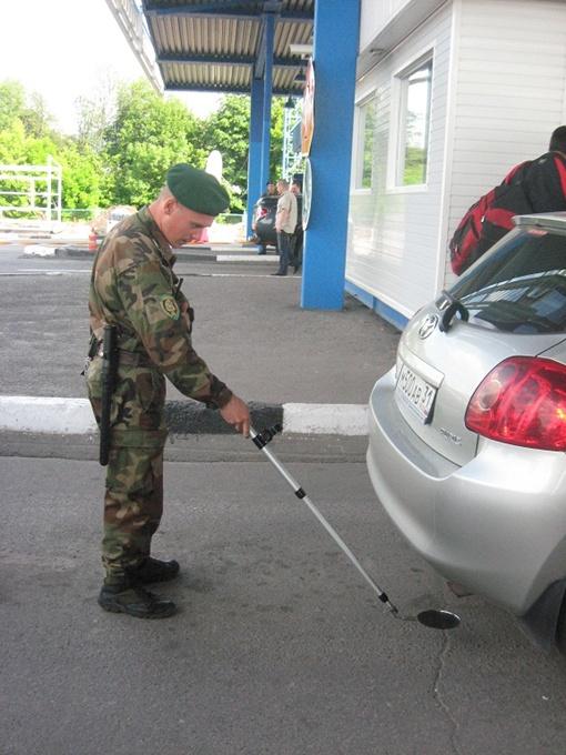 Ценные грузы частенько прячут в автомобилях,поэтому их досматривают со всех сторон.