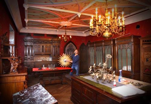 Гостевой этаж стилизован под готический замок. Роспись потолка и стен художник делал собственноручно.