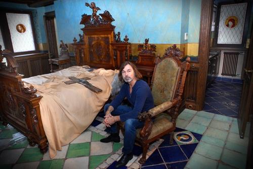 Антикварную мебель Никас собирал по всему миру. На этой кровати, говорят, спала супруга Людовика XVI Мария-Антуанетта.
