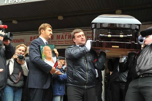 Гроб с телом Пороховщикова выносили под несмолкающие аплодисменты. Фото: Евгения ГУСЕВА