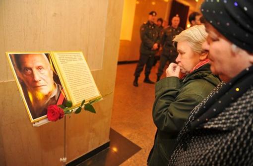 Москвичи клали цветы к портрету любимого актера. Фото: Евгения ГУСЕВА