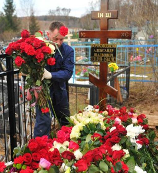 Могила Пороховщикова - вся в цветах. Фото: Евгения ГУСЕВА