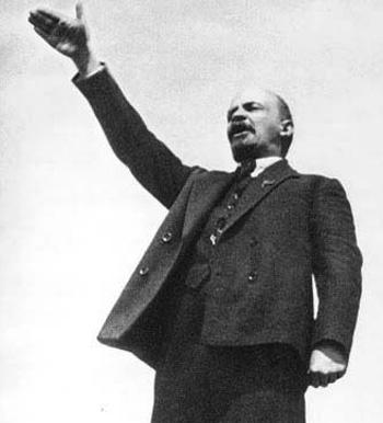 Задолго до расцвета нацизма в Германии вождь пролетариата Ленин также любил вскидывать руку.