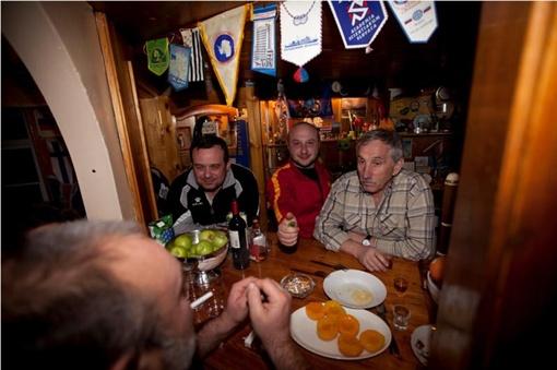 С привезенными из Севастополя салом и горячительными напитками на станцию