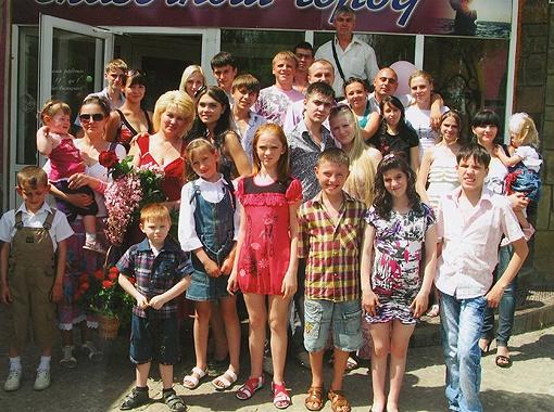 1 июня 2011 года семья Каленюк отметила необычный юбилей: 20 лет назад они взяли первого ребенка из детдома. Это фото сделано во время праздника. Фото из семейного архива Каленюк.