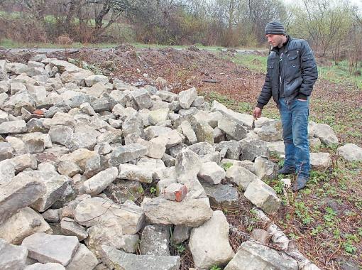 Николай Брус заморозил стройку, как только рассмотрел на плитах погребальные надписи на иврите. Фото автора.