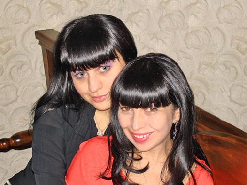 Юлия Гуткова слева