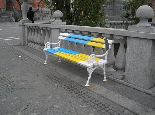 Скамейки в центре Любляны покрасили в цвета флагов стран - участниц ЧМ-2012.