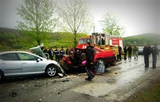 Peugeot 407 столкнулся со встречной машиной Audi-80. Фото с сайта mukachevo.net