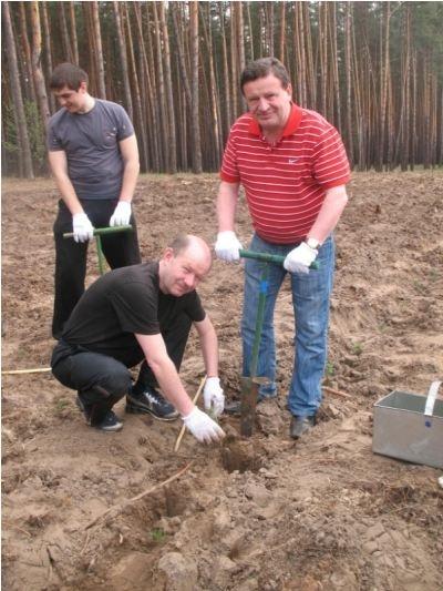 Виталий Алексейчук провел выходные на субботнике в лесничестве, но до этого поработал на земле и дома. Фото с официального сайта ХОГА