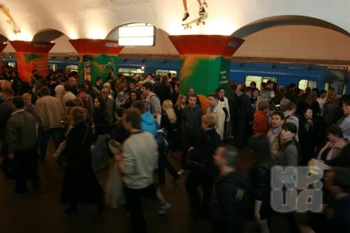 Люди несколько часов ждали поезда. фото Антона Лущика