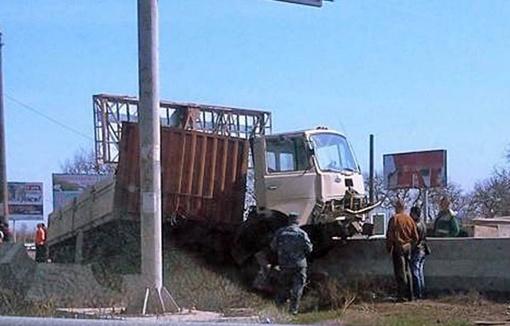Грузовик едва не вылетел на обочину. Фото с сайтов timer.od.ua и dumskaya.net