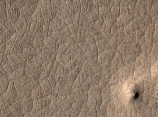 HiRISE делает фотографии марсианской поверхности, речь идет примерно о 27 сантиметрах на 1 пиксель
